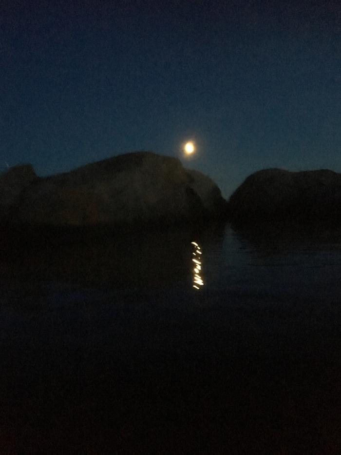 Versemål og ord, månestripen, et gyllent håp, måneskyggen i sorte natta, verdenshistoria er oss det, ikke pengemakta eller styrkemakta, oss, sammen vever vi verdenshistoria, vers, poesi, Forfatter R.R. Kile.