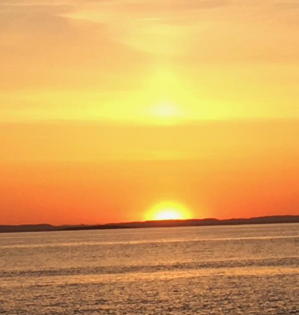 Dikt, Poem, versemål,. lyrikk,. verselinjer, ordlek, ordgleder, tungt og lett danser livet over jorda, av drømmespinn danser morgenrøden over jord, i en solnedgangs magi, Forfatter R. R. Kile