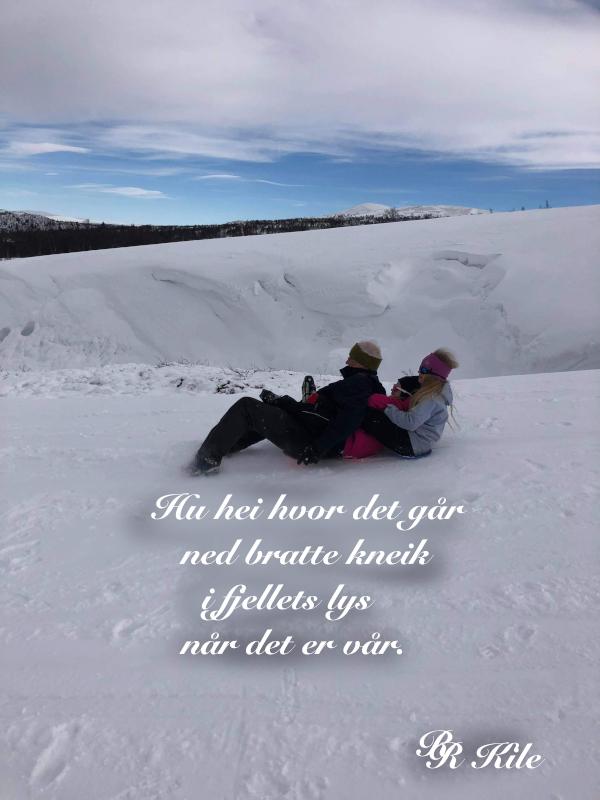 Dikt, i fjellets lys, å trylle ull av gress,  å legge salt på andres tunger, veve vennskapssmykker, vers,  de forbrødrede hender, å veve vennetråder gjennom tåka, forfatter R.R. Kile