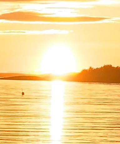 Ordlek og Poesi, å danse med kjærlighet på føttene, jeg tror endorfiner er solfeer, vannperler leker i lufta, vinteren har lagt seg flat for den spirende vår, årstidene danser rundt med oss, Dikt, Vers, verselinjer, versemål, ordlek poem, , lyrikk, Forfatter R.R. Kile