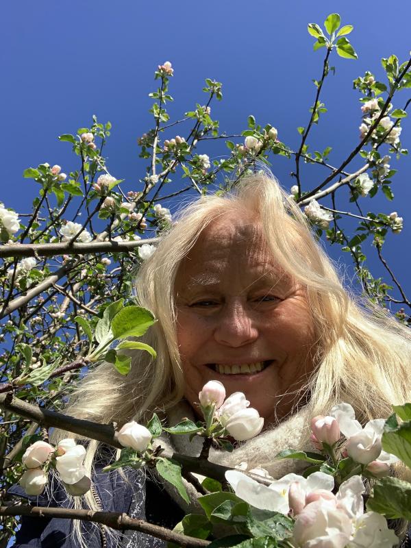 Lyrikk og ordgleder, fremtida drysser håp over livet, barndomslandet,  å plante verdens frø, frosten, de forkledde vanndråper, gå du, Dikt, Poesi, Forfatter R.R. Kile.