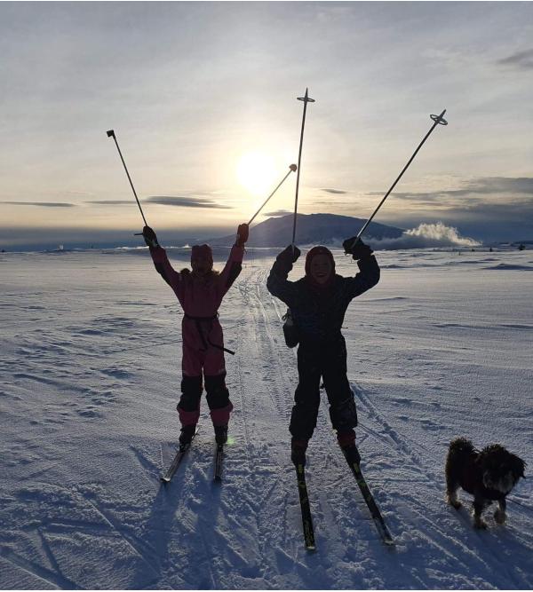 Verselek, hå stå på ski blant vennlige fjell, vitt og sort, egentlig går det helt ut på det samme, latter i tårers dyp, som danser i menneskers hjerter, lyrikk, poesi, forfatter R.R. Kile